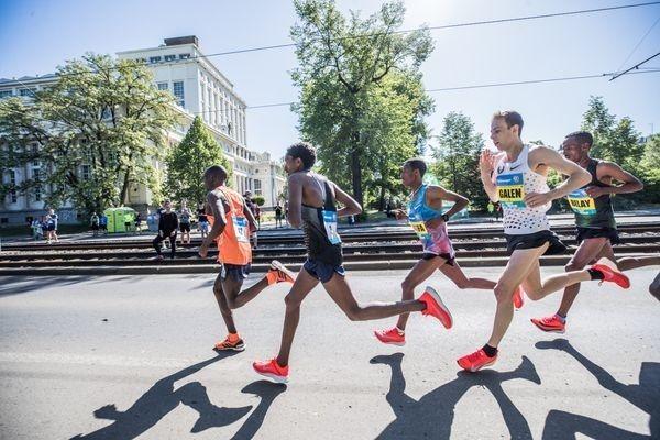 98e8a8d32 Adidas ha utilizado el Maratón de Boston y el Maratón de Praga para que  atletas profesionales corran con su nuevo prototipo del modelo Adizero